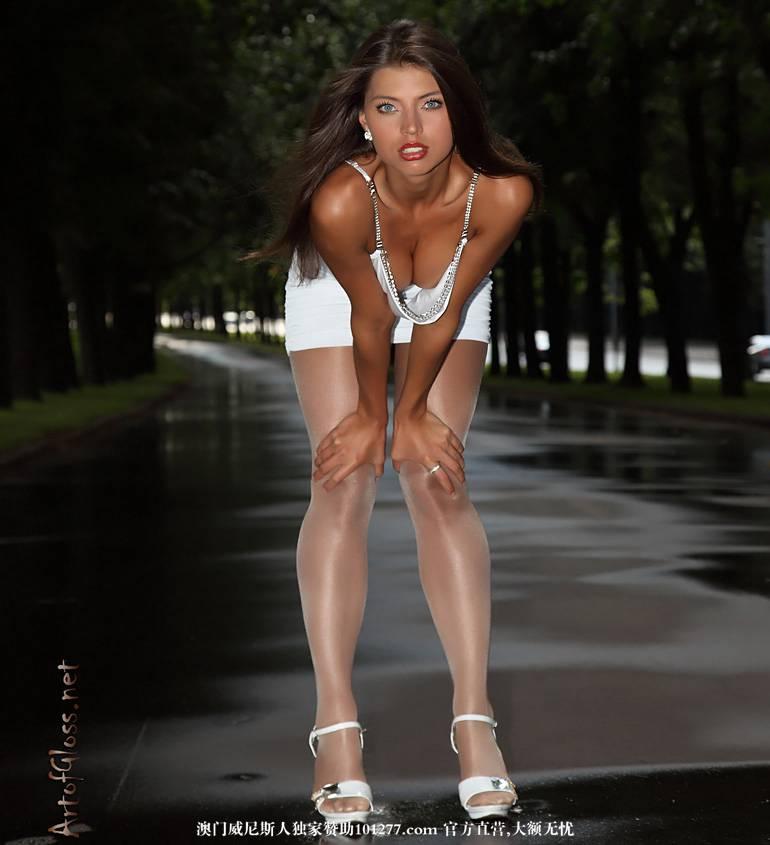白色短裙白高跟,展现丝袜美腿及窈窕身材[20P]