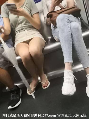 地铁上的小美女【12P】