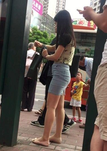 等公车的短裙包臀美眉【14P】主演: