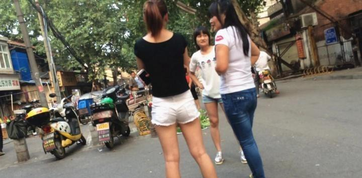 单纯的黑衣白热裤小妹【13P】